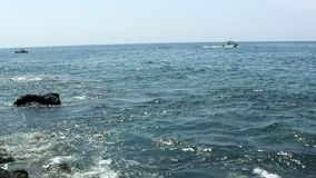 Mała łódź rybacka I Motorboat Z Dużej wyspy Hawaje zbiory wideo