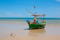Mała łódź rybacka na plaży Zdjęcia Royalty Free