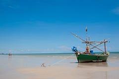 Mała łódź rybacka na plaży Obrazy Stock
