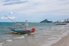 Mała łódź rybacka na plaży Obrazy Royalty Free