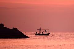 Mała łódź rybacka w morzu Obrazy Royalty Free