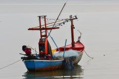 Mała łódź rybacka w morzu Fotografia Stock