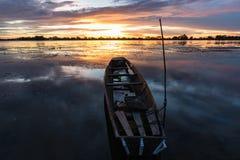 Mała łódź rybacka w zmierzchu Zdjęcie Stock
