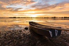 Mała łódź rybacka w zmierzchu Obrazy Royalty Free