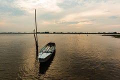 Mała łódź rybacka w zmierzchu Zdjęcia Royalty Free
