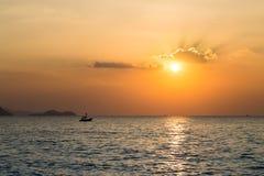 Mała łódź w morzu Zdjęcia Royalty Free