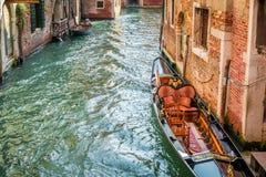 Mała łódka cumująca molo blisko domu Obraz Royalty Free