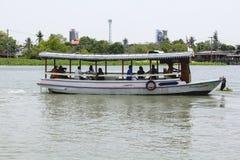 Mała łódka dla rzecznego skrzyżowania zdjęcie stock