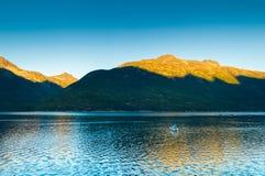 Mała łódka i wschód słońca lon uspokajamy wczesnego poranek w Taiya wpuscie, Skagway, Alaska zdjęcia royalty free