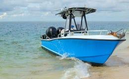 Mała łódka na falistym błękitnym morzu Zdjęcia Royalty Free