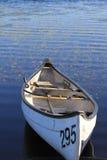 Mała łódka na Kanadyjskim jeziorze przy wschodem słońca Zdjęcie Stock