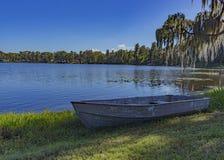 Mała łódka na małym jak Fotografia Royalty Free