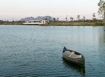 Mała łódka na Ticino jeziorze przy zmierzchem, Tajlandia Obraz Stock