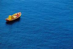 Mała Łódka Na wodzie Zdjęcia Royalty Free