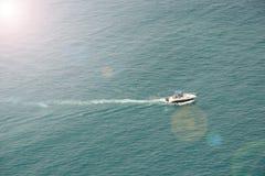 Mała łódka pływa prędko na fala Obraz Stock