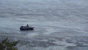 Mała łódka unosi się na rzece zbiory