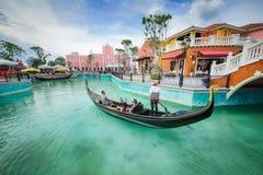 Mała łódka unosi się na rzece Fotografia Stock