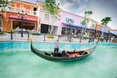 Mała łódka unosi się na rzece 3 Fotografia Stock