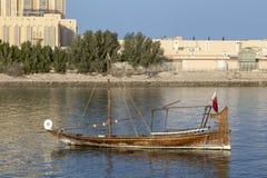 Mała łódka w Katarskiej lagunie zdjęcia royalty free