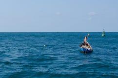 Mała łódka w morzu Zdjęcia Royalty Free