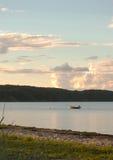 Mała łódka w morzu przy wieczór Obrazy Stock