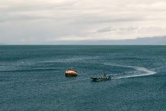 Mała łódka w zatoce Obraz Royalty Free