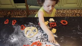 Mała ładna dziecko dziewczyna robi Cynamonowym Piernikowym ciastkom Boże Narodzenia i nowego roku 2019 pojęcie czerwone klingeryt zbiory wideo