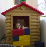 Mała ładna dziewczyna bawić się w sztuka domu fotografia stock