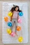 Mała ładna dziewczyna ma przyjęcia urodzinowego Zdjęcie Royalty Free