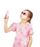 Mała ładna dziewczyna z zabawkarską wiszącą ozdobą Fotografia Royalty Free