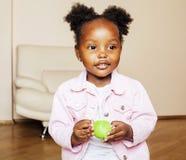 Mała śliczna amerykanin afrykańskiego pochodzenia dziewczyna bawić się z zwierzęciem bawi się przy ho Obrazy Stock