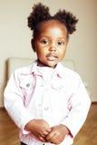 Mała śliczna amerykanin afrykańskiego pochodzenia dziewczyna bawić się z zwierzęciem bawi się w domu, dosyć uroczy princess w wew Obrazy Royalty Free
