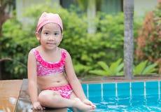 Mała śliczna Azjatycka dziewczyna na bikini kostiumu Zdjęcia Royalty Free