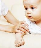 Mała śliczna berbeć chłopiec bawić się na krześle, matka ubezpieczy mienie rękę, stylu życia pojęcia ludzie obraz stock