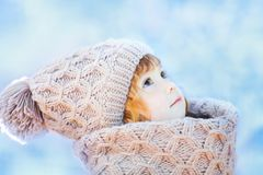Mała śliczna berbeć dziewczyna outdoors na pogodnym zima dniu Zdjęcia Royalty Free