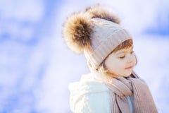 Mała śliczna berbeć dziewczyna outdoors na pogodnym zima dniu Obraz Stock