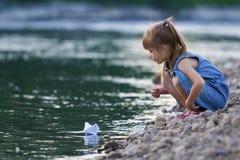Mała śliczna blond długowłosa dziewczyna w błękit sukni na riverbank peb Obraz Royalty Free