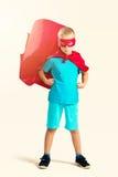 Mała śliczna bohater chłopiec pozycja fotografia stock