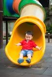 Mała śliczna chłopiec bawić się outside Fotografia Stock