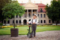 Mała, śliczna chłopiec, bawić się w pałac parku obraz stock
