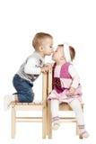 Mała śliczna chłopiec całuje dziewczyny zdjęcia royalty free