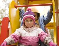 Mała śliczna chłopiec i dziewczyna bawić się outside Fotografia Stock