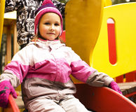 Mała śliczna chłopiec i dziewczyna bawić się outside, urocza przyjaźń Obraz Royalty Free