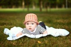 Mała śliczna chłopiec w czerwonym kapeluszu w lato parku Obrazy Stock
