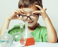 Mała śliczna chłopiec z medycyny szkłem odizolowywającym będący ubranym szkła uśmiechniętego zakończenie w górę genialnego dzieci Zdjęcia Royalty Free