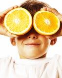 Mała śliczna chłopiec z pomarańczową owoc kopią odizolowywającą na białym smili Fotografia Stock