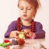 Mała śliczna dziewczyna bawić się indoors z barwionymi zabawek developmen Obraz Stock