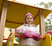 Mała śliczna dziewczyna bawić się outside na boisku Zdjęcia Royalty Free