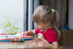 Mała śliczna dziewczyna bawić się stołową sztukę outside Fotografia Royalty Free