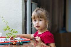 Mała śliczna dziewczyna bawić się stołową sztukę outside Zdjęcia Royalty Free